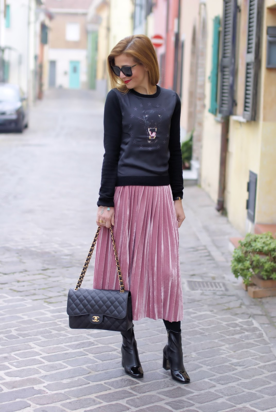 pink pleated velour skirt, Giovanni Fabiani shoes, Chanel 2.55 caviar on Fashion and Cookies fashion blog, fashion blogger style