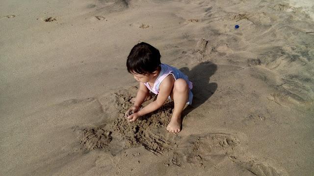 main pasir di pantai carita
