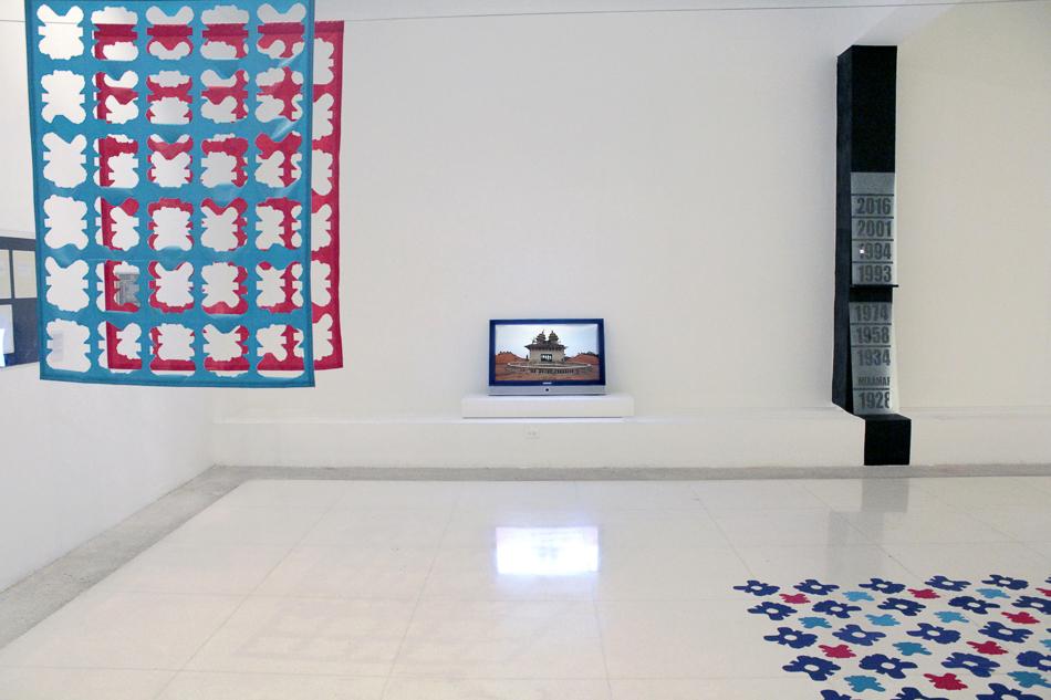 Vista de sala con video Miramar y telas en la exposicion Memoria a escala