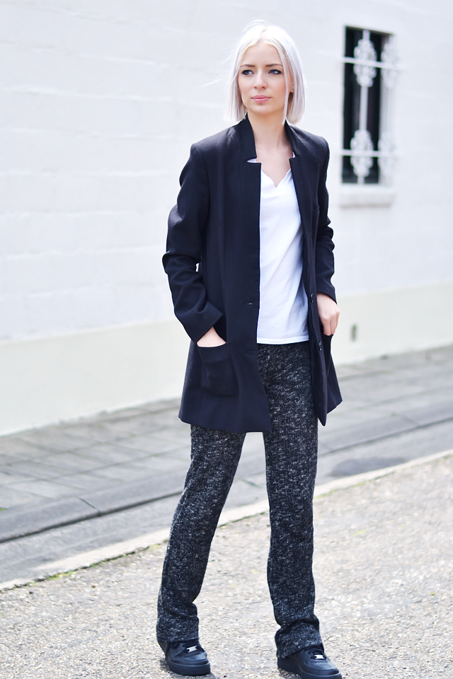Belgian blogger, outfit post, flared, knit pants, trousers, h&m boyfriend blazer, longline blazer, h&m divded, v neck t-shirt, nike, air force one, air force 1, black, sneakers, low, zara tote bag, celine inspired, minimal outfit, black white, street style, inspiration, ootd