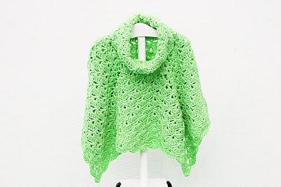 Imagen de Poncho de abanicos para niña a crochet en verde