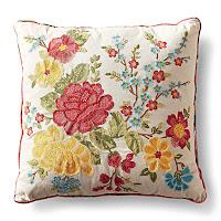 Kırlent, çiçek işlemeli süslü küçük kare yastık