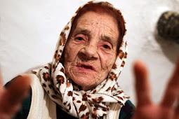 Sembuhkan Penyakit, Nenek Ini Menjilat Bola Mata Pasien