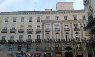 Las plantas segunda y tercera tienen balcones, que en el centro del edificio están enmarcados por pilastras.