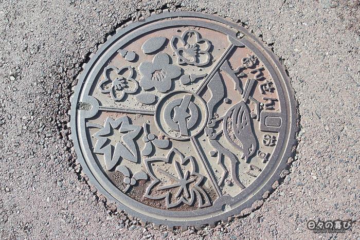 plaque d'égout motif floral yumura onsen