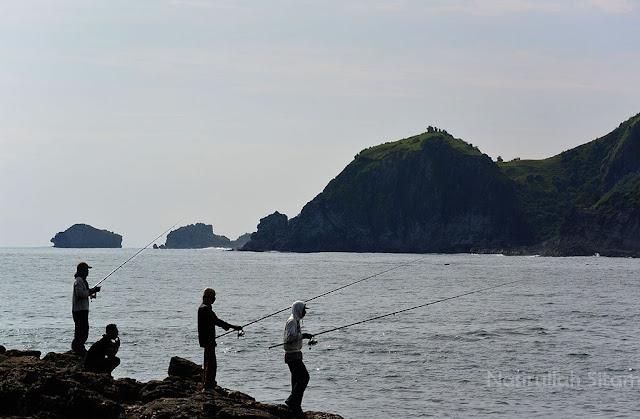 Mereka yang memancing ikan di pantai Wediombo