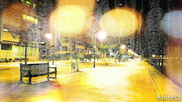 paseo butron de hondarribia de noche tras una ventana con lluvia
