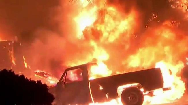 Δείτε πως η Πυρκαγιά Καίει Επιλεκτικά τα Σπίτια στην Φλόριντα (video)