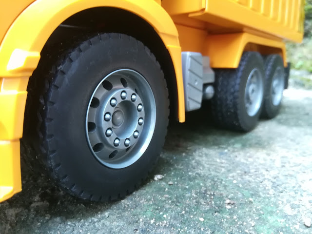 The rubber tires are also very detailed.