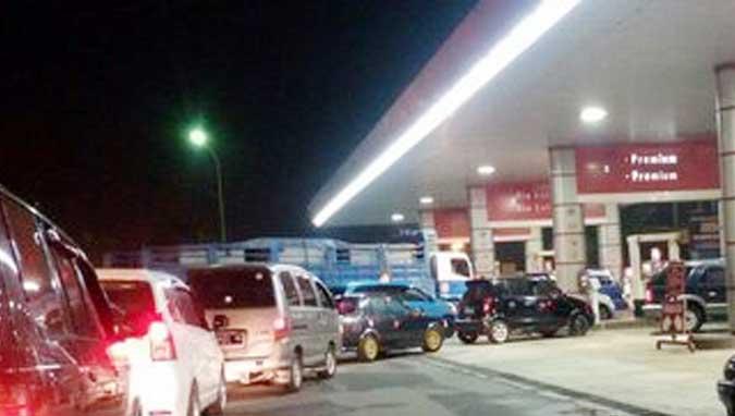 "Ambon, Malukupost.com - Masyarakat pengguna Bahan Bakar Minyak (BBM) jenis premium mulai kecewa dengan ulah pihak stasiun pengisian bahan bakar umum (SPBU) di pusat Kota Ambon yang menerapkan sistem penjualan yang menyebabkan antrean panjang kendaraan.  ""Tidak kesal bagaimana bung, SPBU sekarang ini menerapkan penjualan premium dengan waktu yang sudah ditentukan, tidak bebas lagi seperti penjualan bahan bakar lainnya seperti pertalite, pertamax maupun solar,"" ujar Kace, pengemudi mobil angkutan kota (Angkot) jurusan tanah lapang kecil (Talake), ketika ditemui saat ikut antrean di SPBU Soabali kawasan Pohon Pule, Jumat (29/9)."