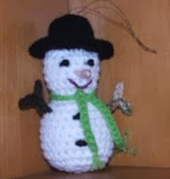 http://translate.googleusercontent.com/translate_c?depth=1&hl=es&rurl=translate.google.es&sl=en&tl=es&u=http://cobblerscabin.wordpress.com/happy-hookin/snowman-ornament-4-12-free-crochet-pattern/&usg=ALkJrhiadgxc1Z3lZfeuIPZ32ckoweZQlA