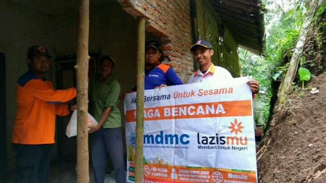 mdmc dan lazismu jember menyerahkan bantuan sembako korban terdampak bencana