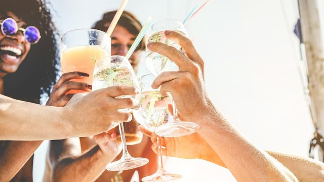 Destilado não engorda? Entenda as calorias das bebidas e faça sua escolha Bebidas destiladas como gim e vodca possuem mais calorias do que a cerveja - iStock