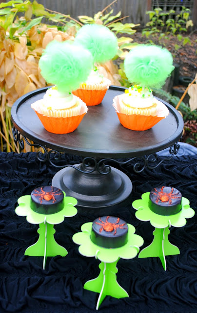 Halloween-dessert-table-inspiration-cupcakes-chocolate-covered-Oreos