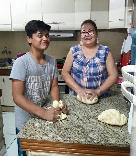 Ña Chona haciendo su chipa