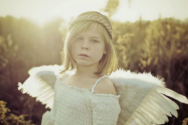 niña ángel con alas
