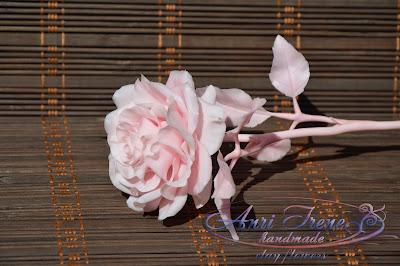 Одноцветная розовая роза из полимерной глины.