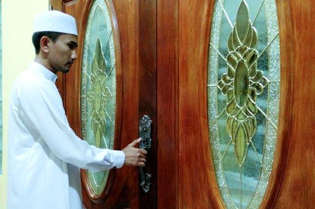 Tutup Pintu Rumah Waktu Maghrib, Jika Tidak, Jin Wanita Ini Akan Masuk Mengganggu Anak Kecil