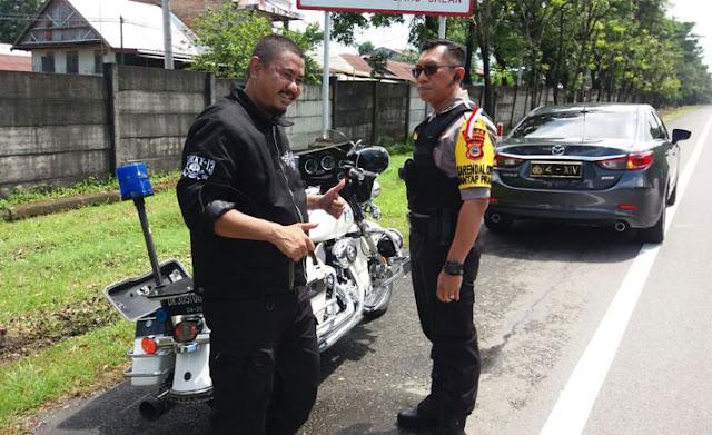 Bak Preman, Tanpa Helm Pengendara Moge Ini Menerobos Jalan Tol