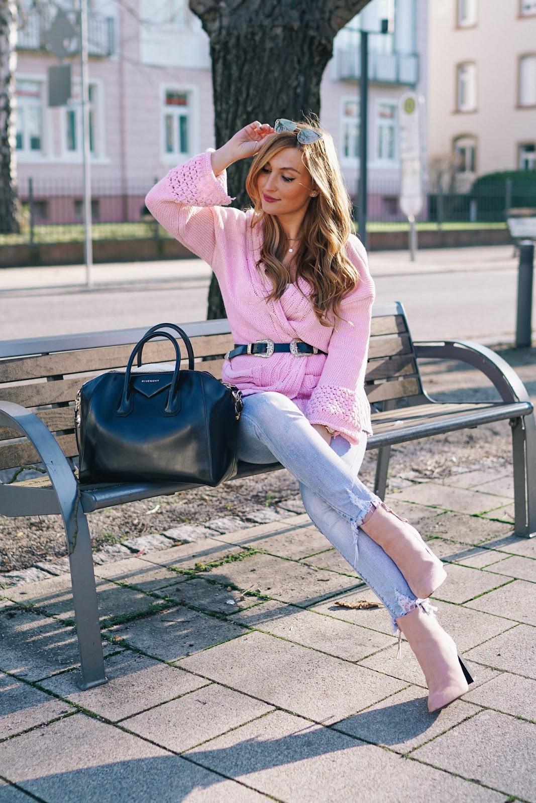 wie-kombiniert-man-eine-schwarze-tasche-rosa-schuhe-stiefeletten-blogger-aus-deutschland-deutsche-fashionblogger-fashionstylebyjohanna