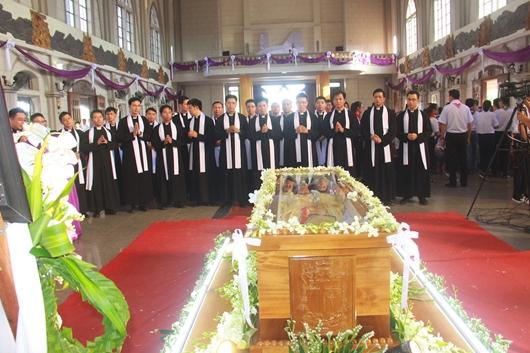 Ngày thứ Ba: Kính viếng và cầu nguyện cho Đức cha Phanxicô Xaviê Nguyễn Văn Sang - Ảnh minh hoạ 47