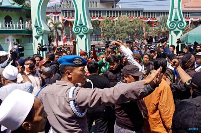 Massa #2019GantiPresiden Bentrok dengan Banser di Masjid