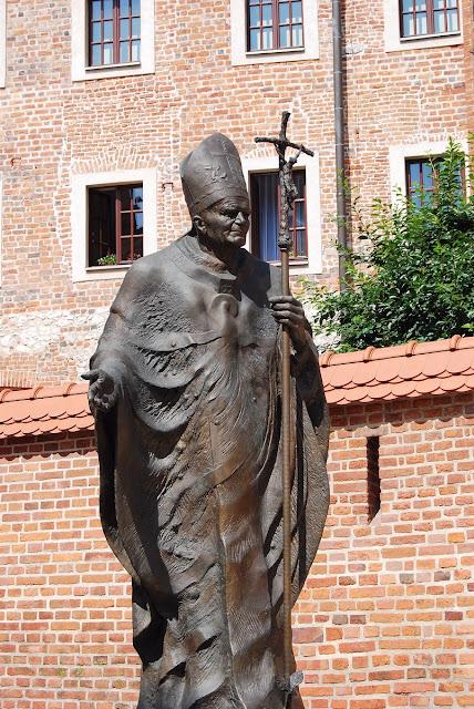 la statue du pape JeanPaul II, évêque de la ville, trône devant la cathédrale