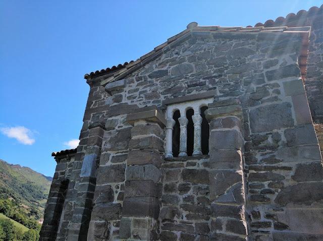 Detalle de las ventanas trilobuladas en Santa Cristina de Lena en Pola de Lena (Asturias-España)