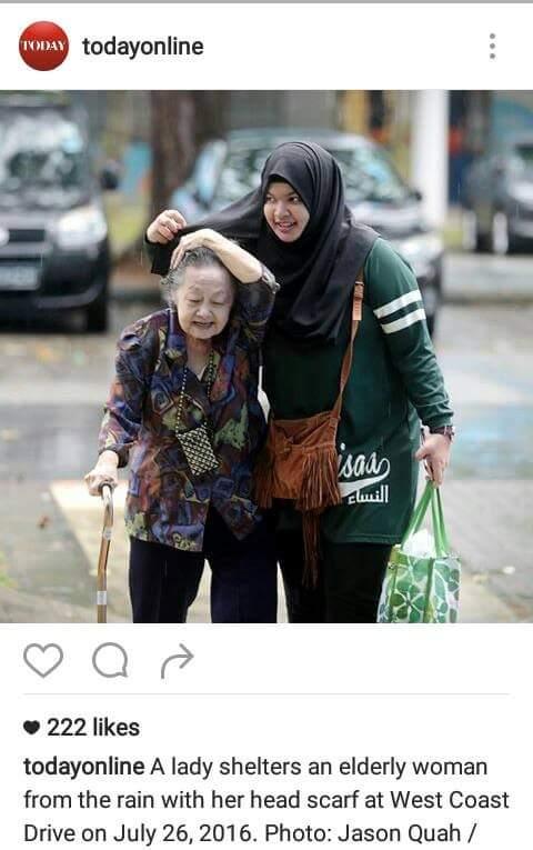 Gambar Gadis Payungkan Nenek Jadi Viral