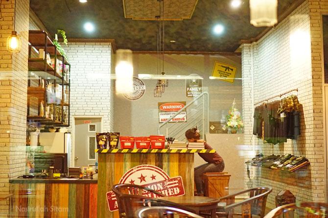 Meja barita yang dikelilingi berbagai pilihan biji kopi
