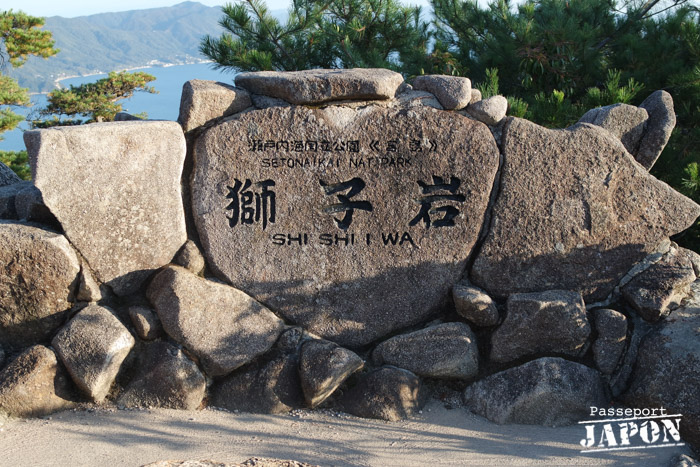 La stèle de l'observatoire Shishiiwa sur le mont Misen, Miyajima, Hiroshima-ken