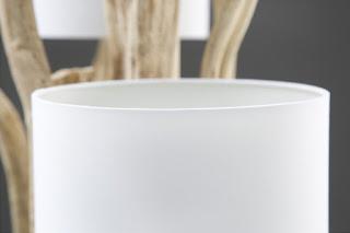 Lampa v kombinaci s dřevem a bílou barvou.
