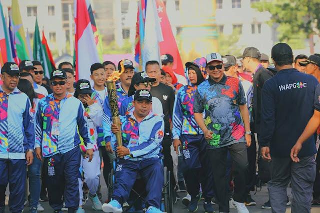Zainul Kahfi (tengah), membawa obor Asian Para Games 2018 di Medan, Sumatera Utara (dok: spesial)