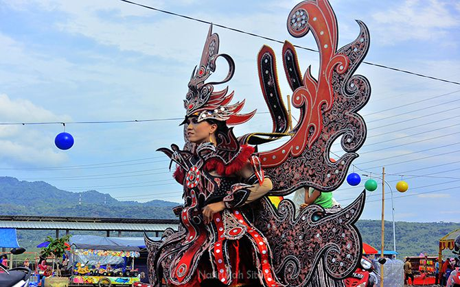 Peserta Carnival Batik Lasem memamerkan gaunnya