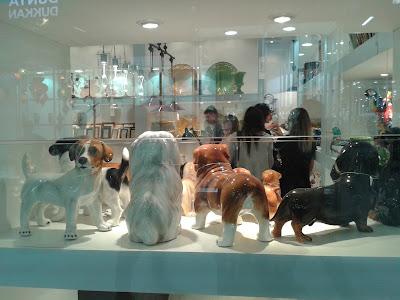 Estátuas de vários cachorros