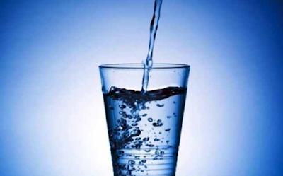 Δείτε γιατί δεν πρέπει να πίνουμε παγωμένο νερό όταν έχει καύσωνα