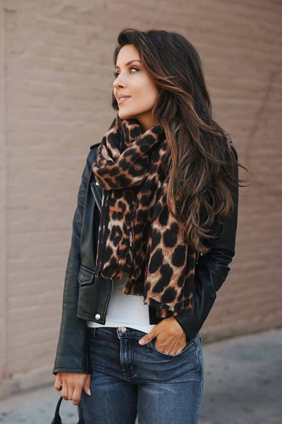 17 Fall Outfit Inspo That Will Make You Love This Season | Leopard Scarf + High Rise Skinny Jeans + Boots