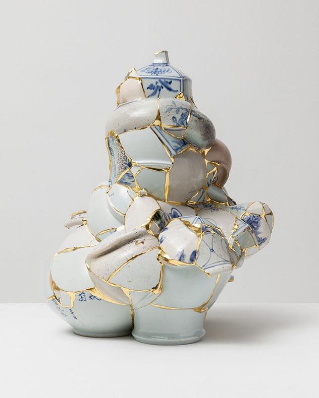 Fragmentos destrozados de porcelana fusionados con oro por Yeesookyung