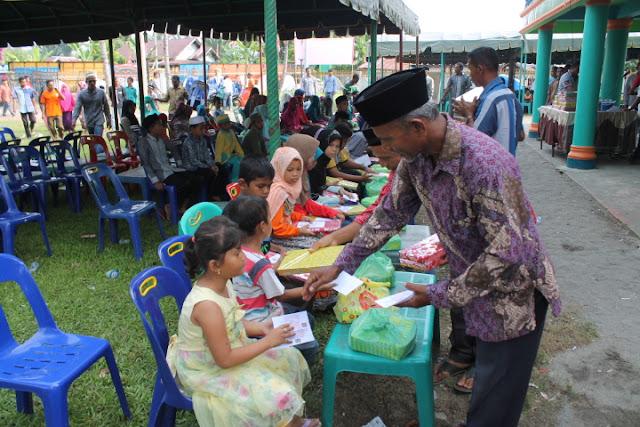 Tgk Abdul Muthaleb Menyerahkan  Santuan Anak Yatim