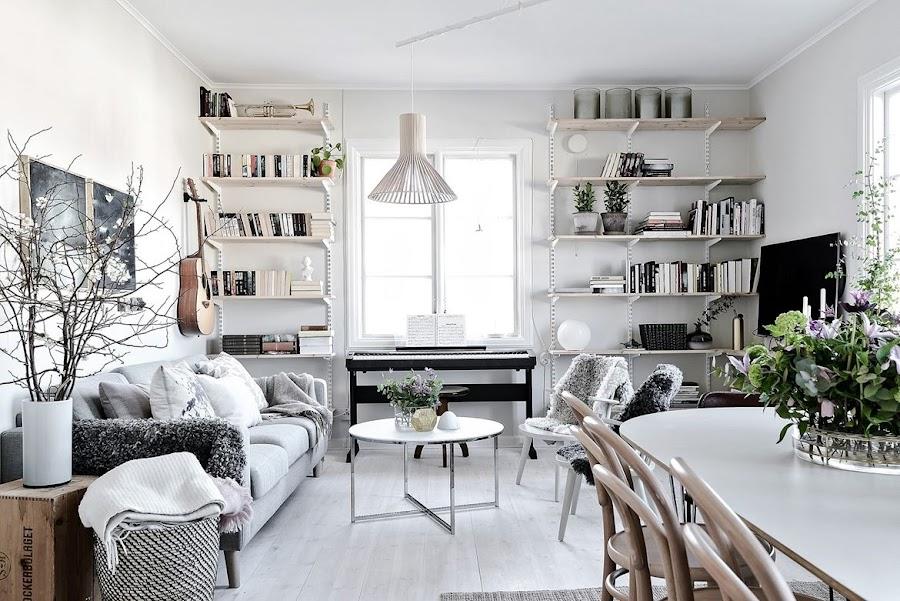 salon, estilo nordico, sofa gris, caja de fruta, decoracion nordica, estilo escandinavo, guitarra, cuadros, estanterías metalicas, libros, guitarra