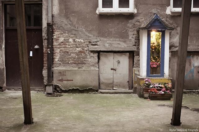 Kapliczka na podwórku kamienicy na ulicy Waliców 12 w Warszawie