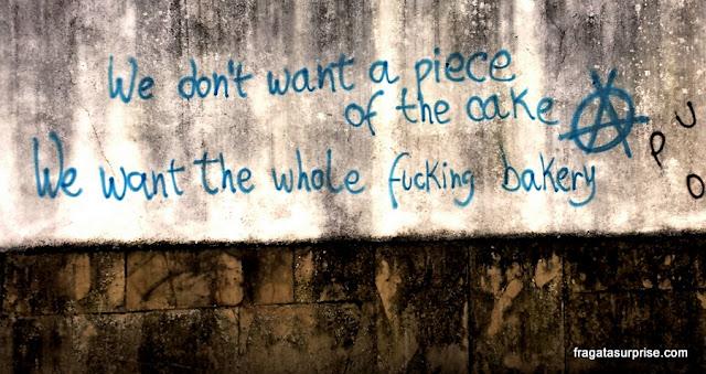 Pichação em um muro da Universidade de Coimbra