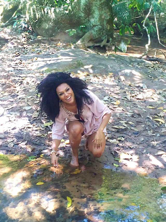 Simone Sampaio se divertiu nas águas cristalinas de um lago. Foto: Renato Cipriano