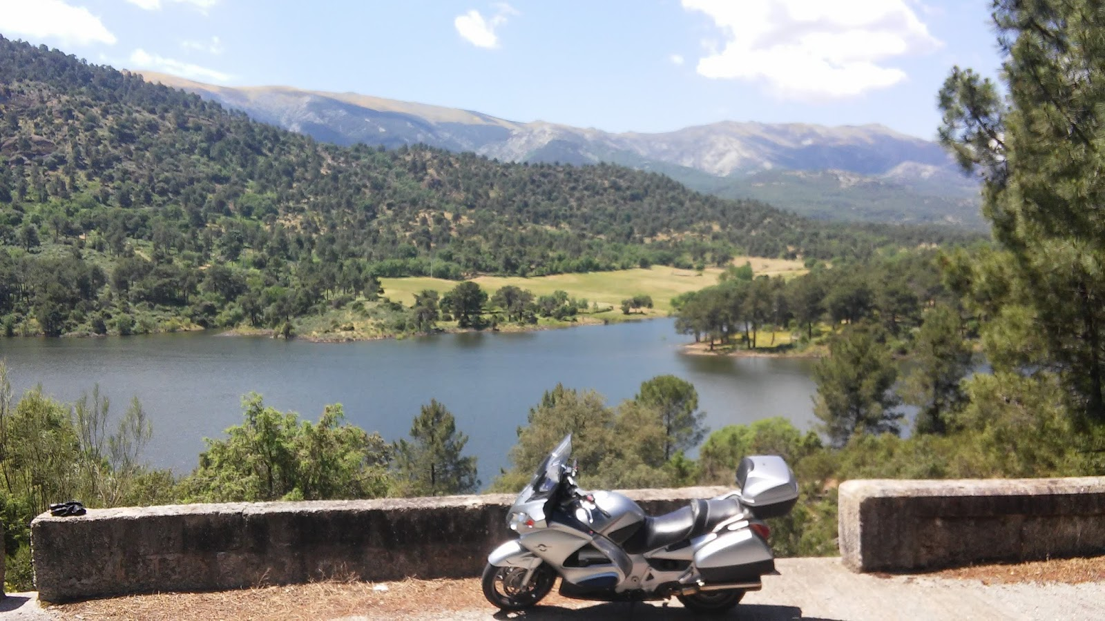 Siempre sobre ruedas ruta motera de las piscinas naturales for Piscina natural navaluenga
