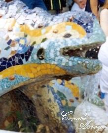 Dragón de azulejos en la entrada principal del Parque Güell