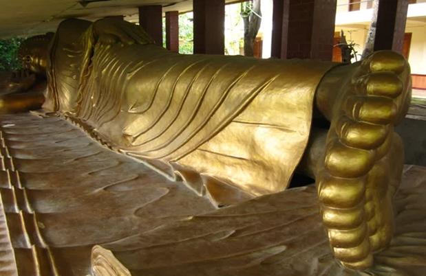 Gambar Patung Buddha tidur yang ada di Vihara Ratanavana Arama Desa Cendang Coyo, Lasem, Rembang.