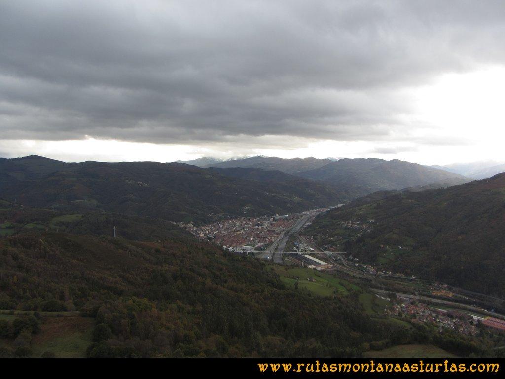 Ruta Olloniego Escobín: Vista de Mieres desde el pico la Boa