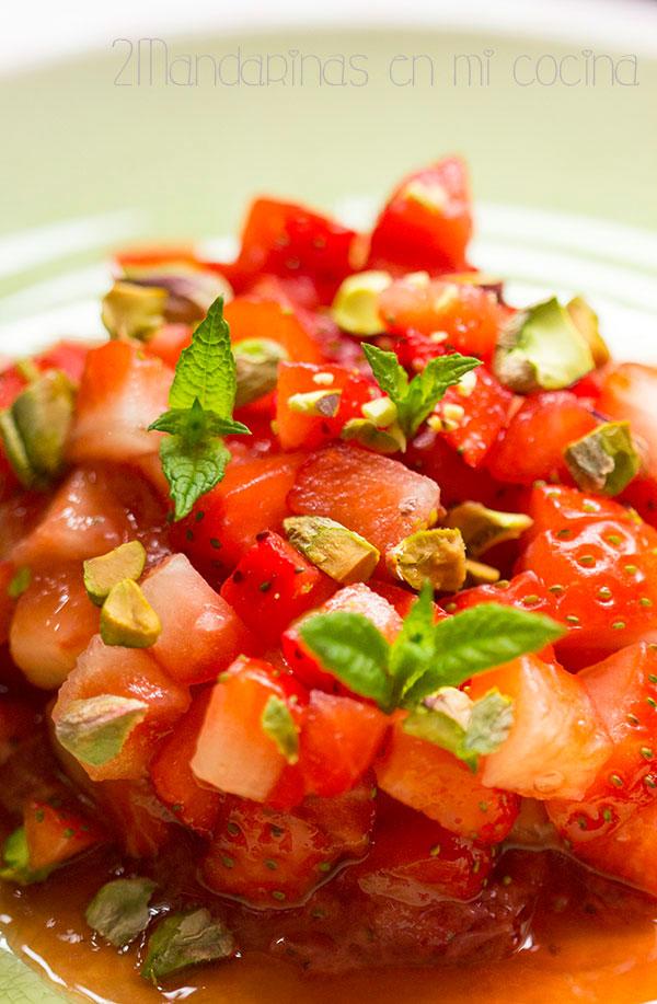 Tartar de fresas con menta y pistachos. Receta saludable con @Lekue_es