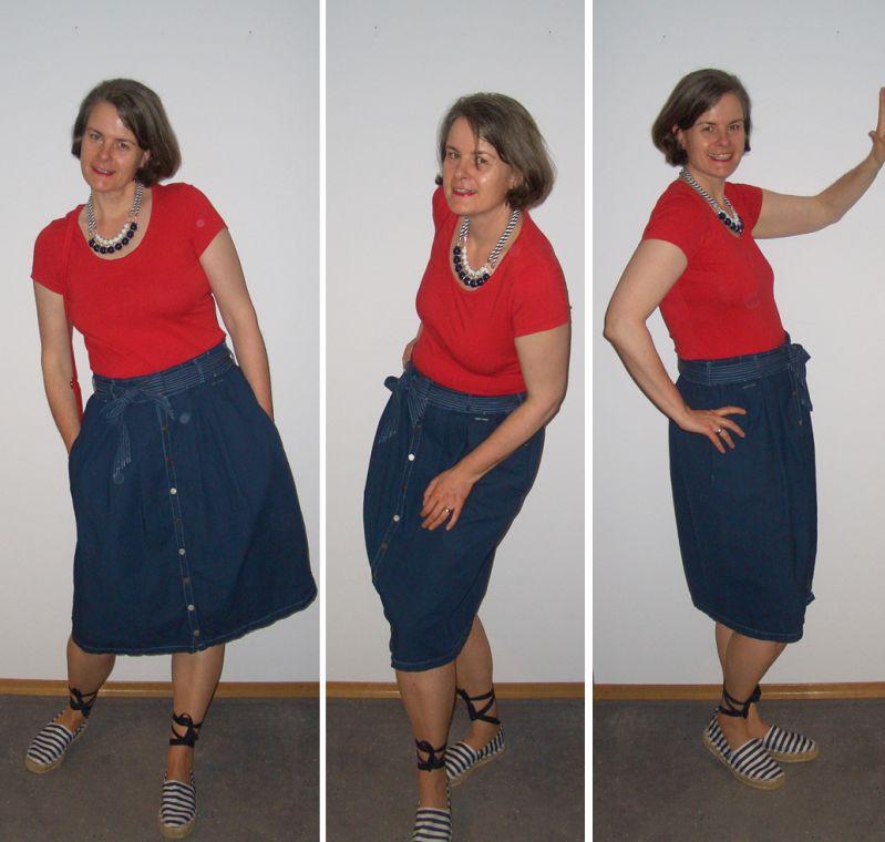 Maritime Modeschmuckkette mit rotem Shirt, Midirock und Espandrillos kombiniert