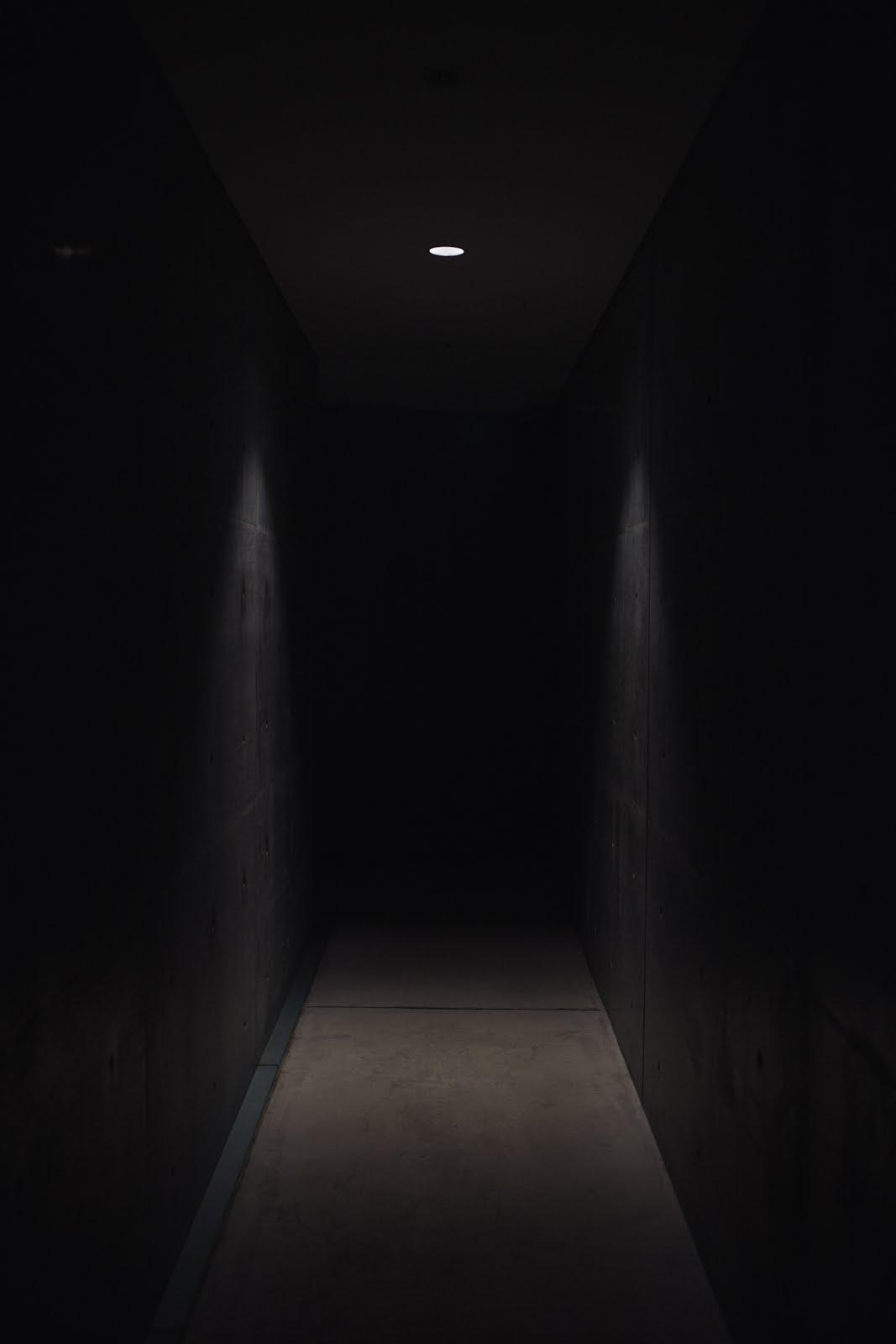طريق مظلم مضئ بمصباح خافت